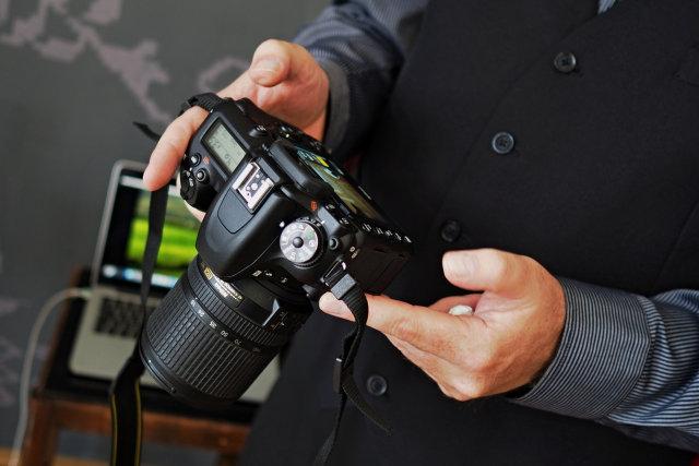 Ovládanie foťáku, ktorý má tlačidlá aj vľavo